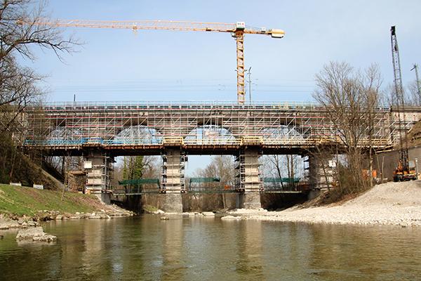 Gerüst um Brücke