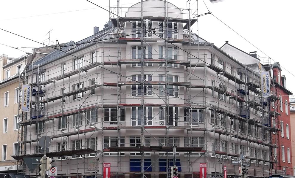 Gerüst für die komplette Fassade eines Gebäudes.