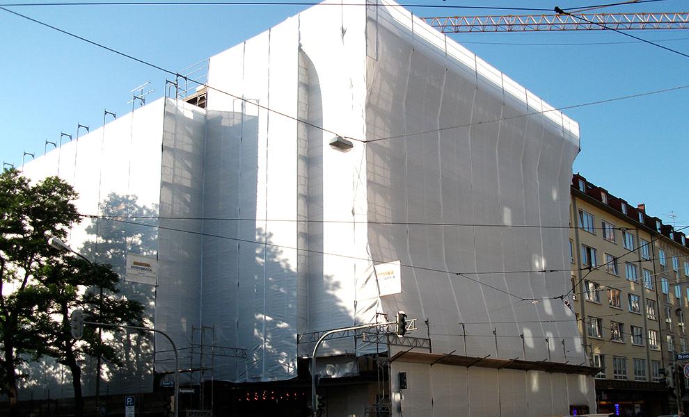 Volleinrüstung mit Schutzplanen eines Gebäudes