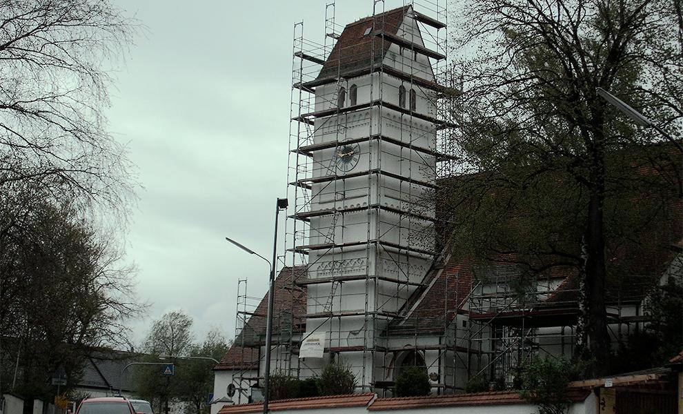 Fassadengerüst an einer Kirche
